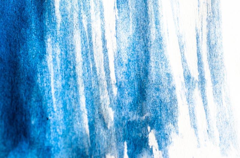 蓝色水彩油漆纹理在白皮书的 与水彩刷子冲程污点的水平的背景  免版税库存图片