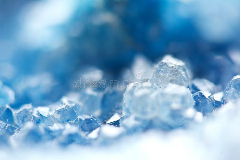 蓝色水晶美好的纹理  矿物它的被弄脏的自然本底 冬天美好的背景 免版税库存图片