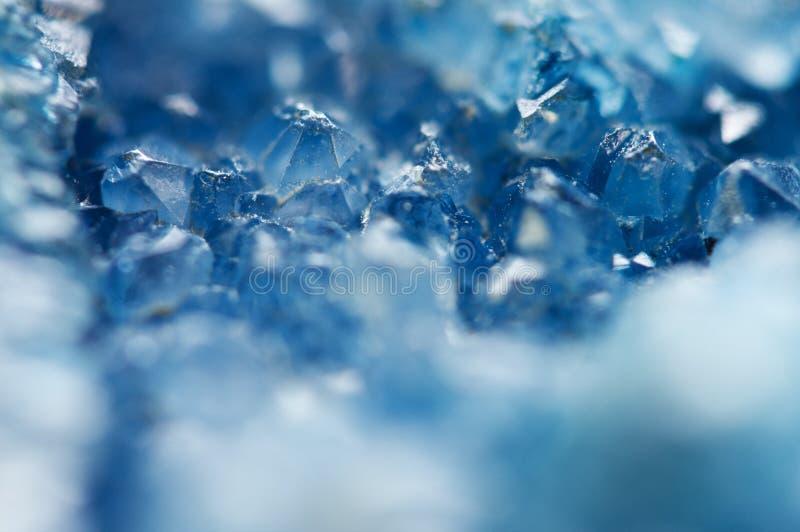 蓝色水晶美好的纹理  矿物它的被弄脏的自然本底 冬天美好的背景 免版税图库摄影