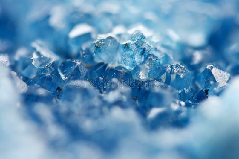 蓝色水晶美好的纹理  矿物它的被弄脏的自然本底 冬天美好的背景 库存照片