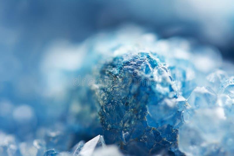 蓝色水晶美好的纹理  矿物它的被弄脏的自然本底 冬天美好的背景 库存图片