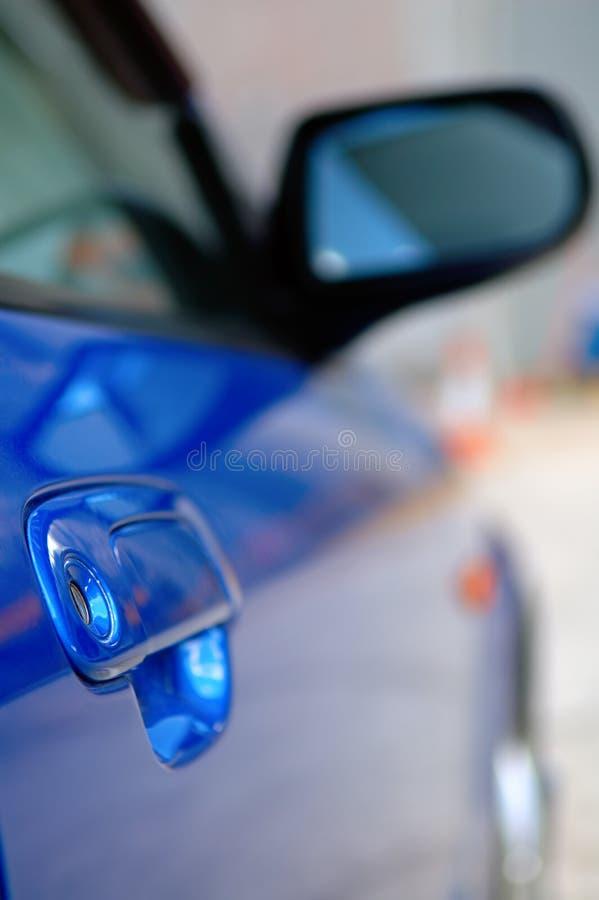 蓝色汽车镜子权利发光的端 库存图片