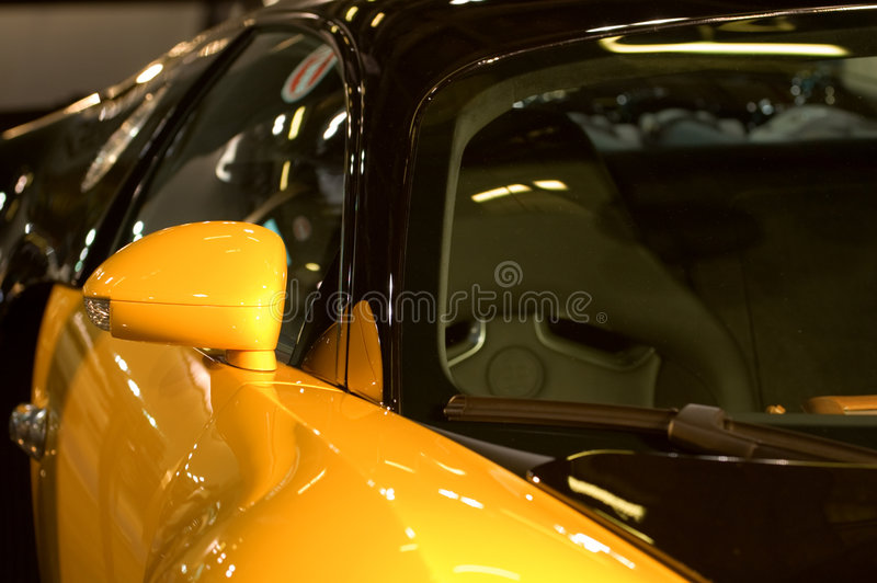 蓝色汽车镜子权利发光的端 免版税库存图片