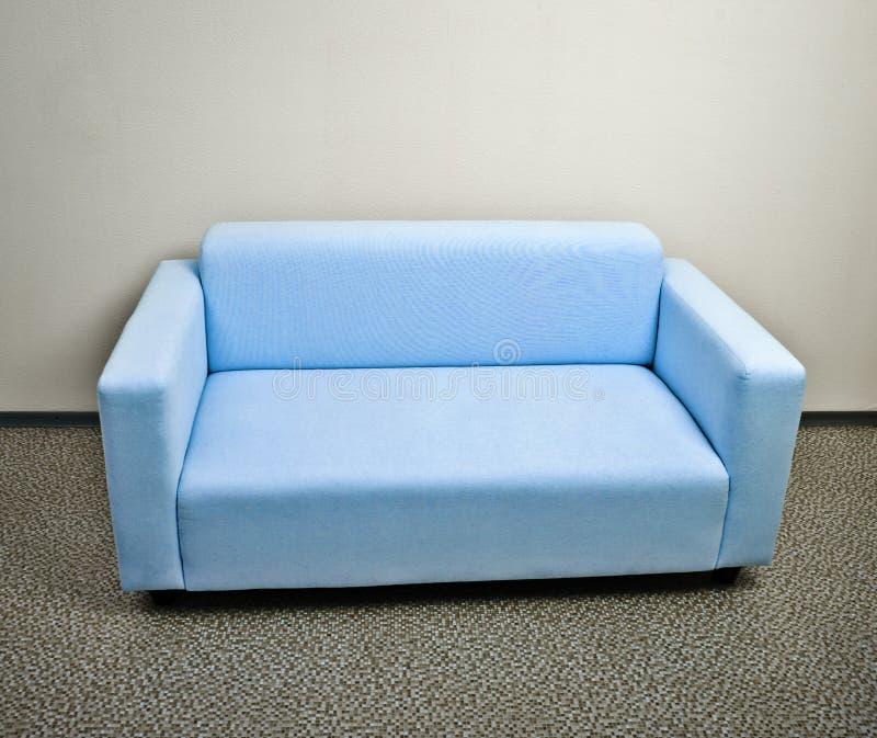 蓝色沙发家具 库存照片