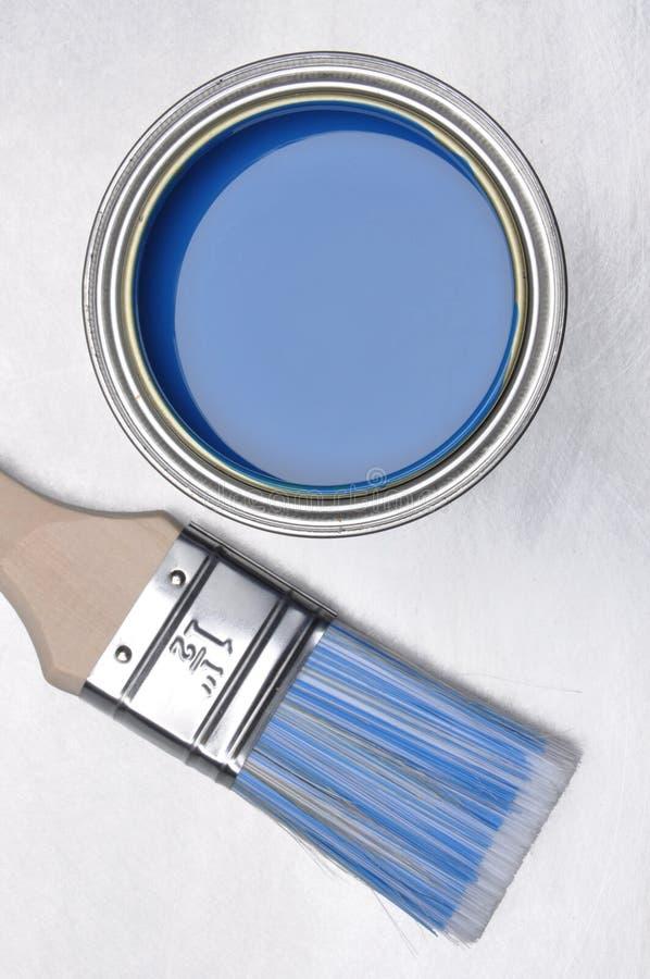 蓝色油漆顶视图能与刷子 免版税库存照片
