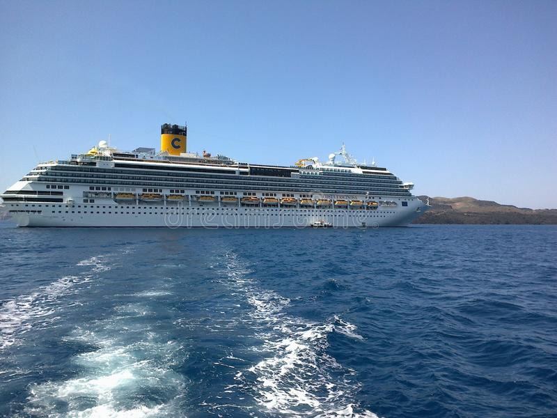 蓝色海、天空和游轮美丽的景色  免版税库存图片