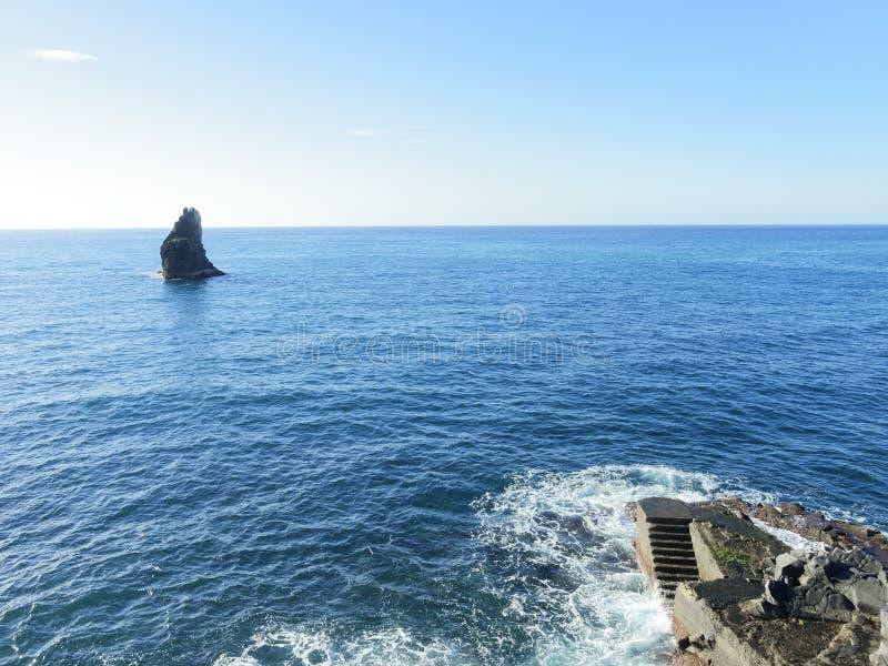 蓝色海、岩石和台阶 免版税库存图片