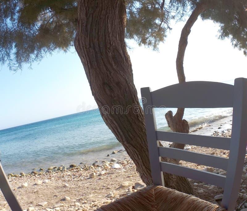 蓝色海和一把传统椅子在海岛帕罗斯岛上 免版税库存图片