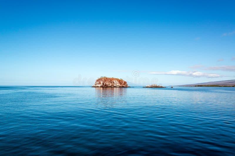 蓝色海和小海岛 免版税库存照片
