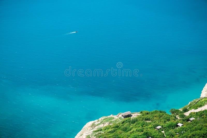 蓝色海和岸与树 在海洋的夏日 免版税库存照片