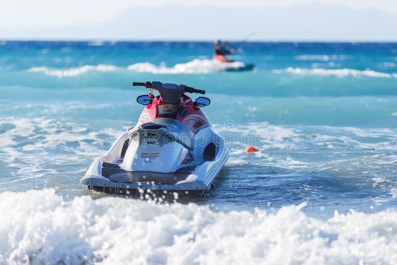 蓝色海和漂浮在的喷气机滑雪, 免版税图库摄影