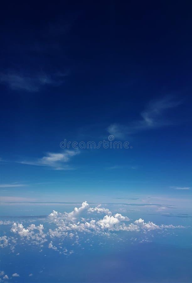 蓝色海和蓝天飞机视图  免版税图库摄影