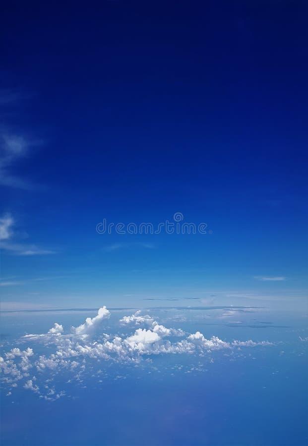蓝色海和蓝天飞机视图  库存图片