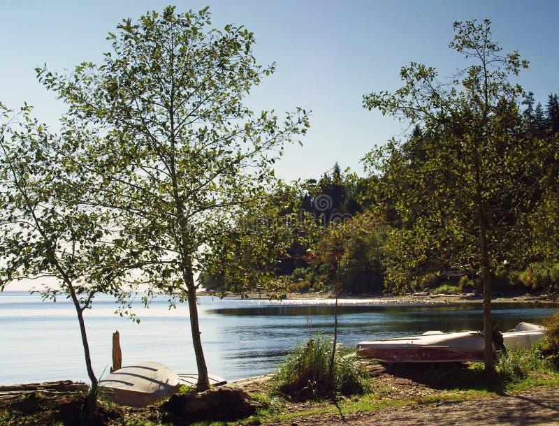 蓝色海在一晴朗的秋天天 免版税图库摄影