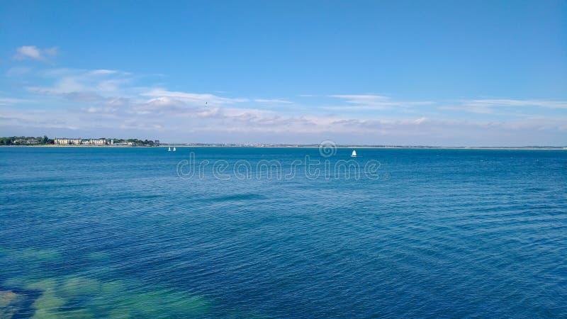 蓝色海景,都伯林爱尔兰在旅行之外的夏日 免版税库存图片
