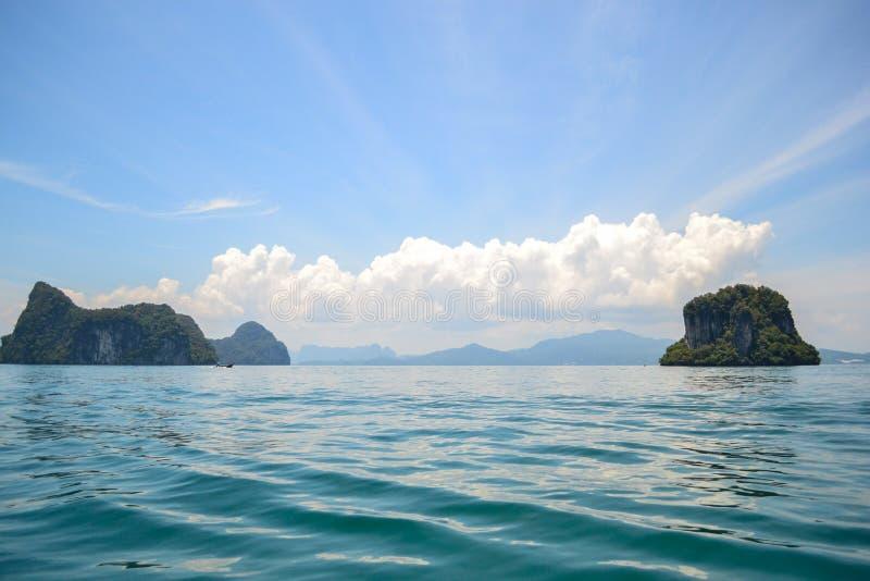 蓝色海有海岛视图和美好的天空背景 免版税库存图片