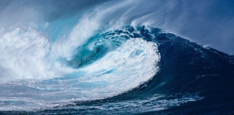 蓝色海水巨大的波浪与白色泡沫的,自然海洋背景,波浪,被扭转 免版税库存图片