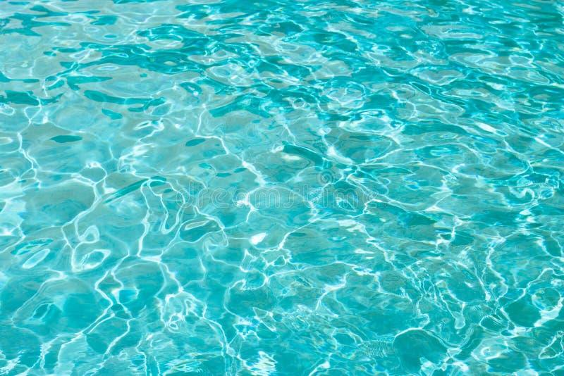蓝色海水或水在水池特写镜头,纹理,背景 免版税库存照片