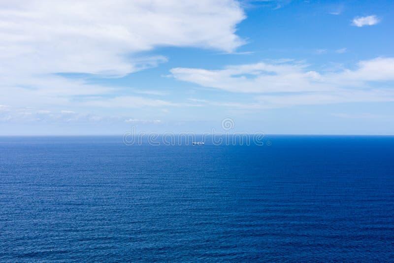 蓝色海洋和天空,小船 免版税库存图片
