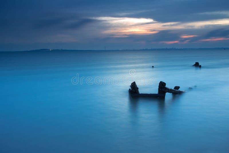 蓝色海洋和船击毁 免版税库存图片