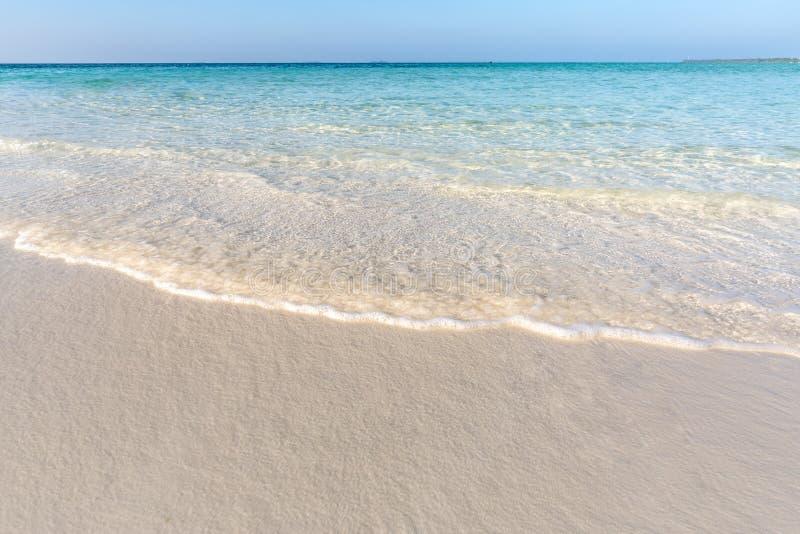 蓝色海洋软的波浪沙滩背景的 免版税图库摄影