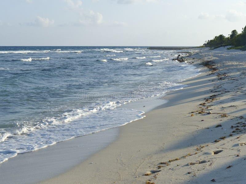 蓝色海浪和白色沙子 免版税库存照片