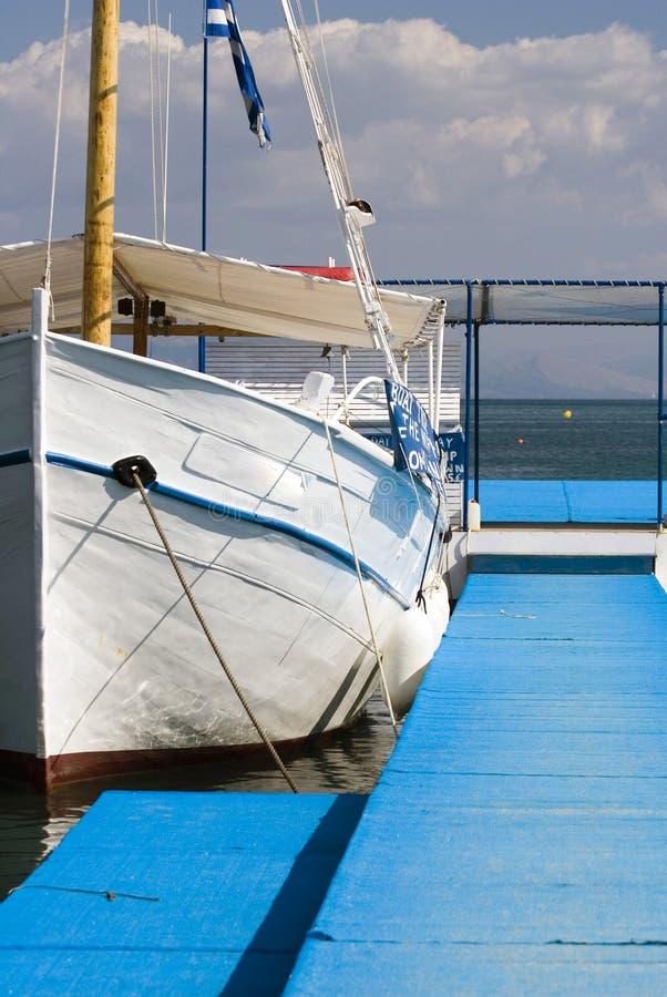 蓝色海运白色游艇 库存照片