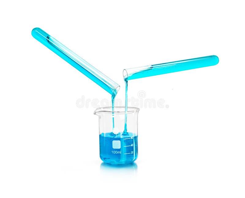 蓝色液体流动从试管入被隔绝的烧瓶 库存图片