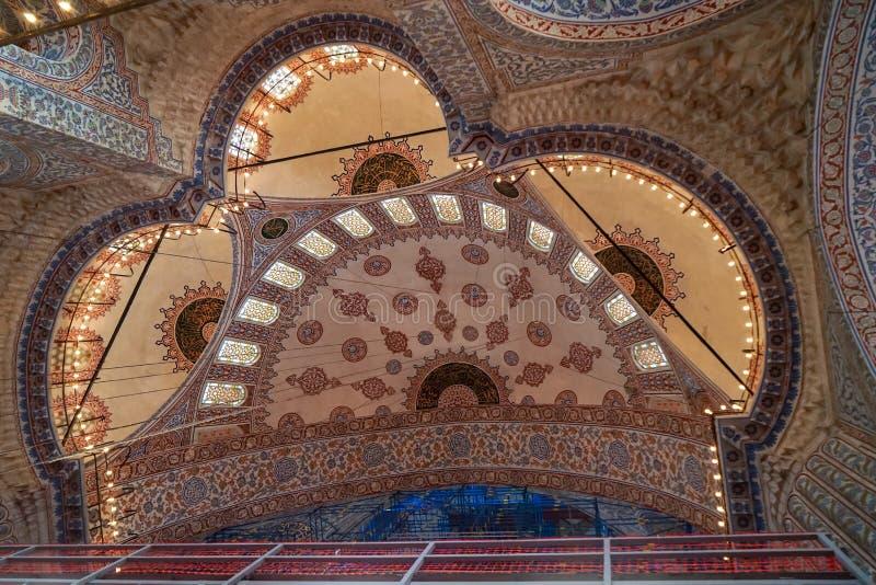 蓝色清真寺内部圆顶天花板美丽的装饰装饰和照明设备与历史恢复框架 免版税库存照片
