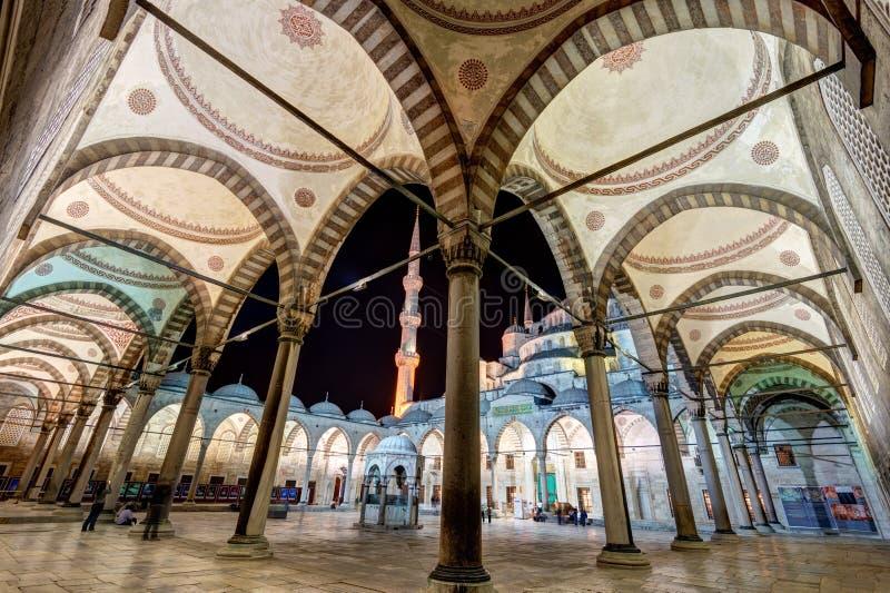 蓝色清真寺的内在庭院在晚上在伊斯坦布尔 免版税库存图片