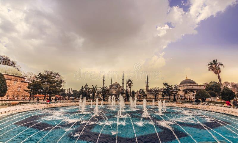 蓝色清真寺看法也叫Sultan阿哈迈德清真寺或苏丹・艾哈迈德清真寺有喷泉的在前景,伊斯坦布尔,土耳其 行军 库存照片