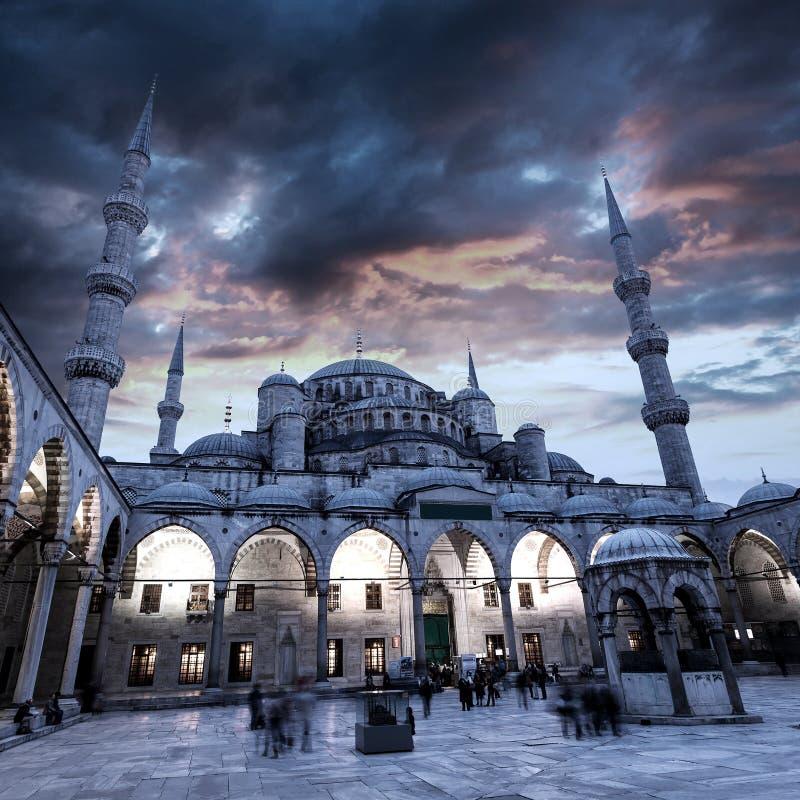 蓝色清真寺看法在有美丽的日落天空的伊斯坦布尔 免版税图库摄影