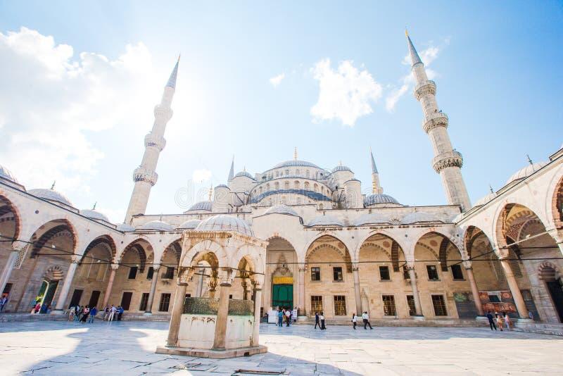 蓝色清真寺-苏丹阿哈迈德或苏丹Ahmet清真寺庭院在伊斯坦布尔市 图库摄影