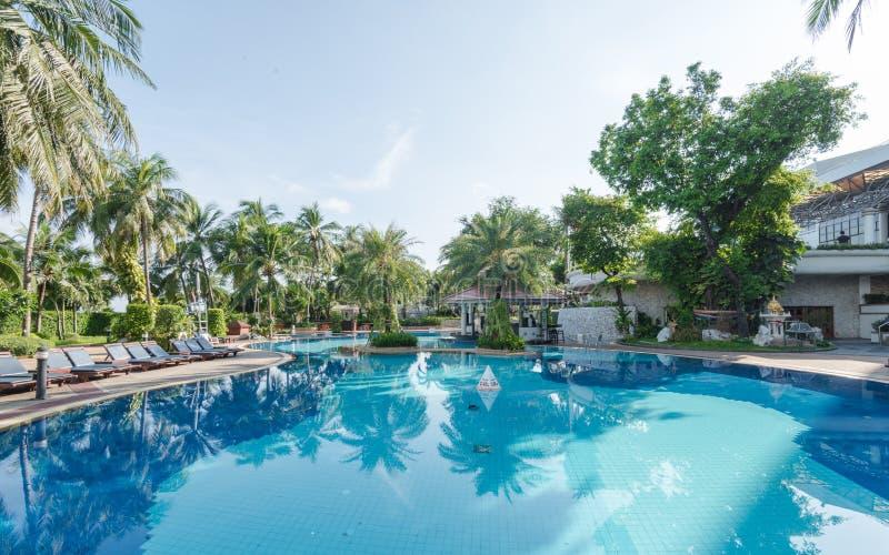 蓝色游泳场在旅馆里 库存图片