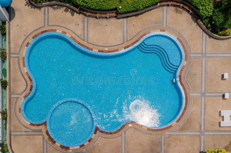 蓝色游泳池顶视图  免版税库存照片