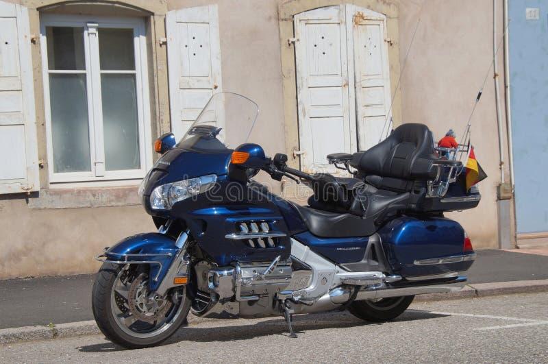 蓝色游览的摩托车本田金翼(Goldwing) 库存图片
