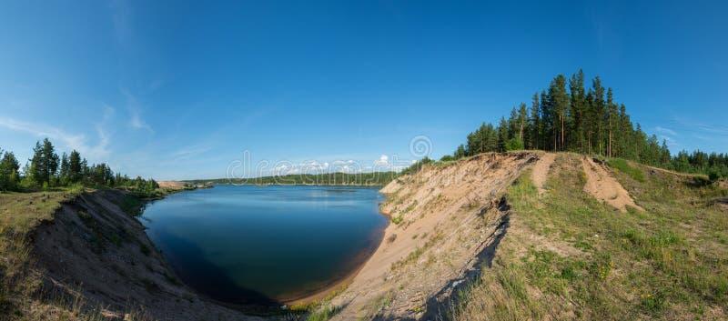 蓝色湖全景 蓝色覆盖天空 免版税图库摄影