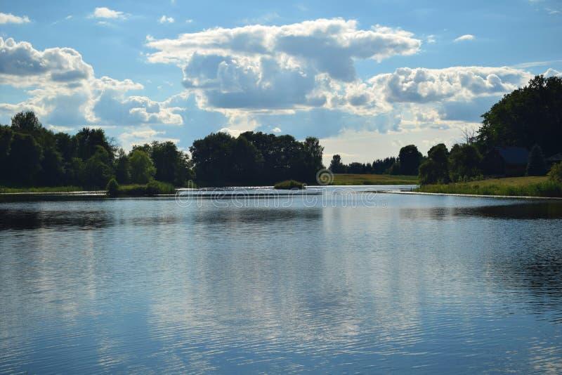 蓝色湖和蓝色多云天空 免版税库存照片