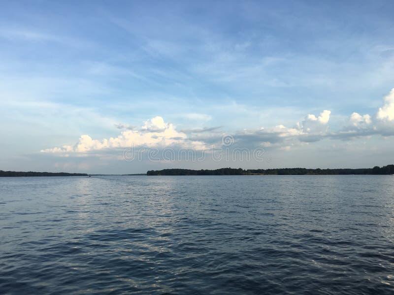 蓝色湖在晴天 免版税库存照片