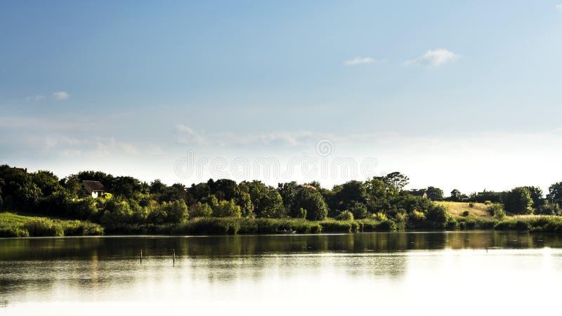蓝色湖天空 免版税库存图片