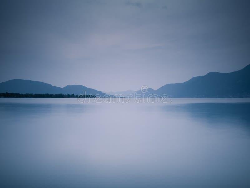 蓝色湖微明 免版税图库摄影