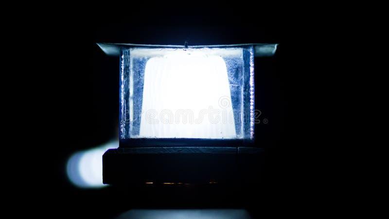 蓝色灯在一个黑暗的地方 免版税库存照片