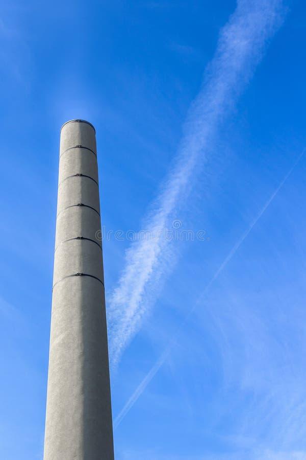 蓝色烟囱天空 库存图片
