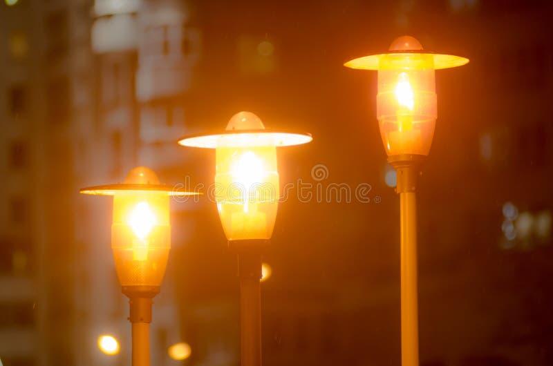 蓝色照明设备天空街道村庄 街灯在黑暗中发光 免版税库存照片