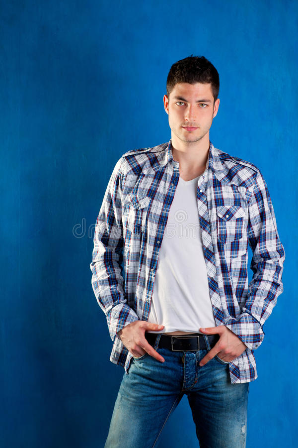 蓝色牛仔布牛仔裤人格子花呢上衣年轻人 免版税图库摄影