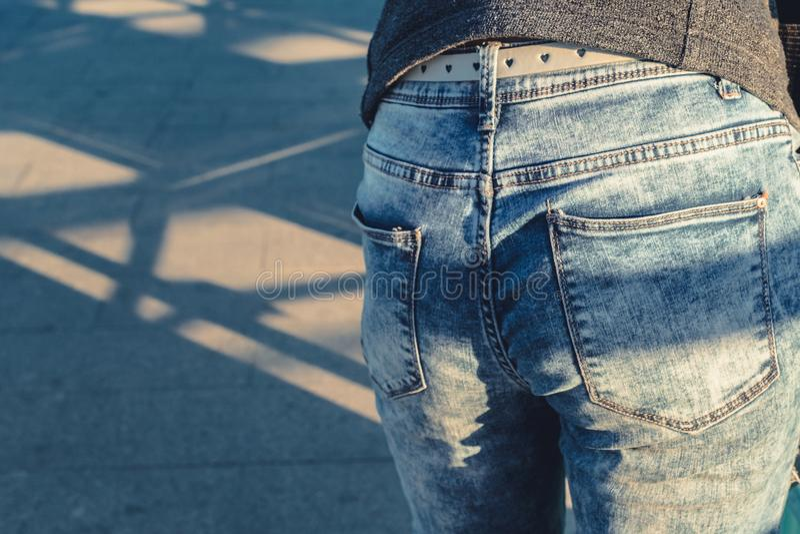 蓝色牛仔布牛仔裤的妇女 免版税库存照片