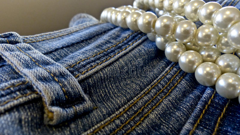 蓝色牛仔裤和珍珠 免版税库存照片