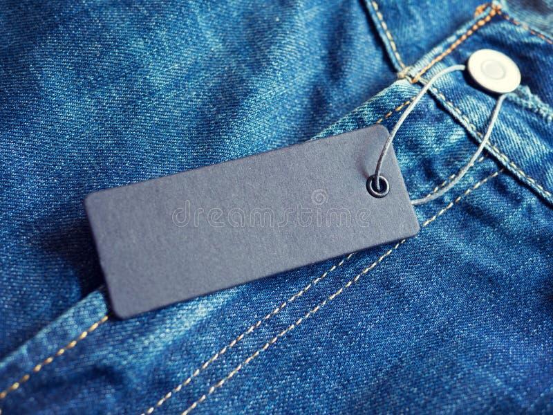 蓝色牛仔裤详述与空白的标签标记 免版税库存照片