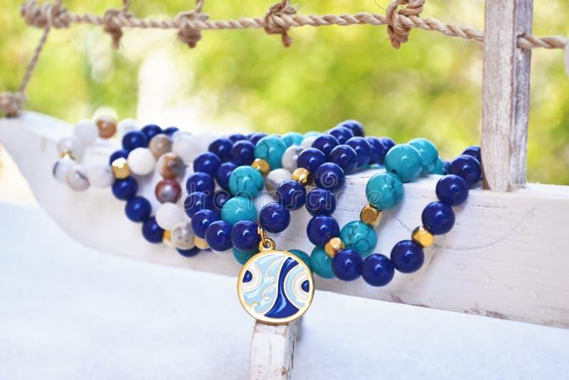 蓝色玛瑙宝石镯子-与凶眼的希腊首饰 库存照片