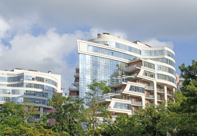 蓝色玻璃两座新的高层建筑物反对多云蓝色的 图库摄影